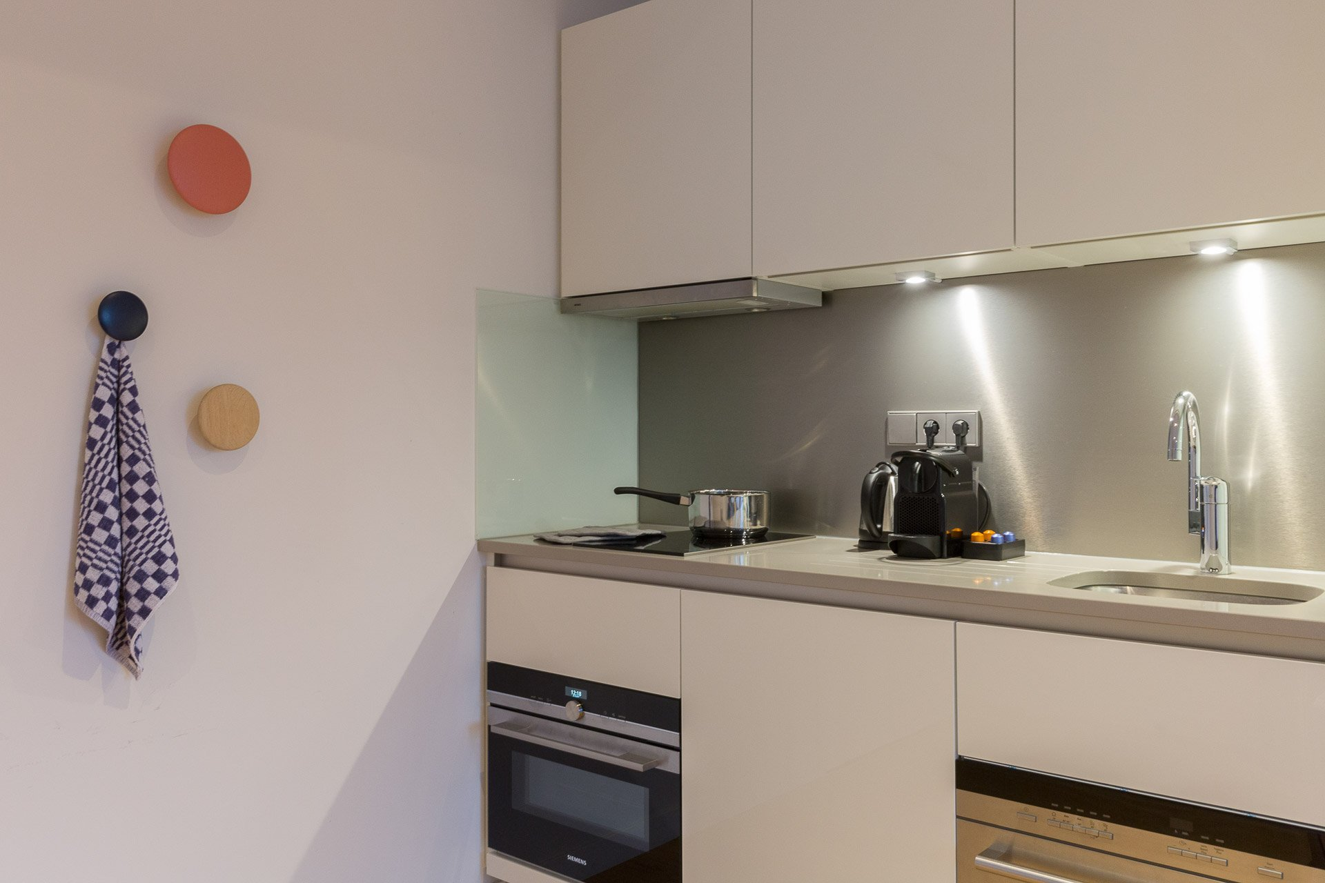 Kitchenette met Nespresso koffiemachine in PREMIER SUITES PLUS Rotterdam